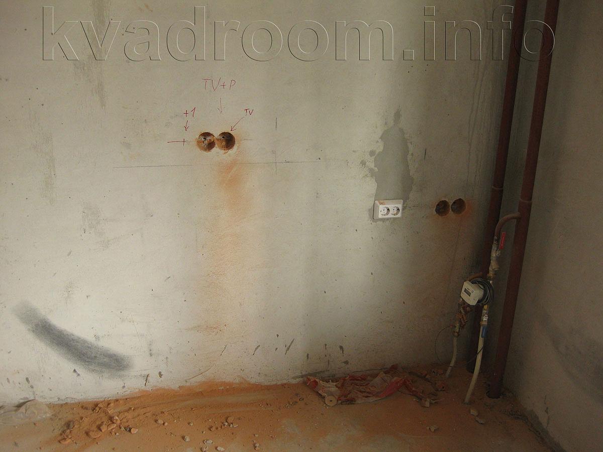 Дверь в ванную комнату и кросс-переключатель в составе трёх