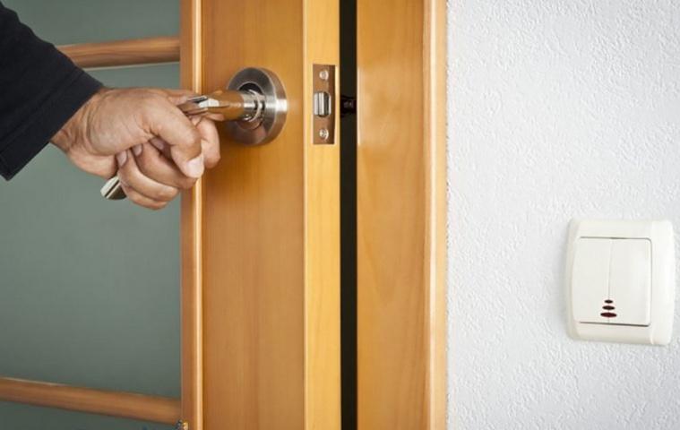 Как починить просевшую дверь