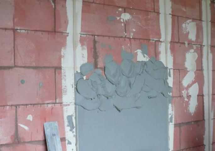 Как поштукатурить стену