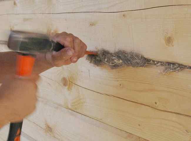 Как убрать щели между бревнами в деревянном доме