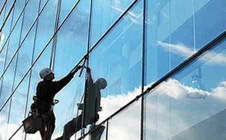 Преимущества профессиональных услуг по мойке витрин от клининговых компаний