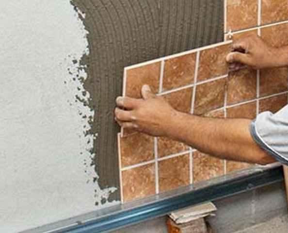 Как работать с плиточным клеем