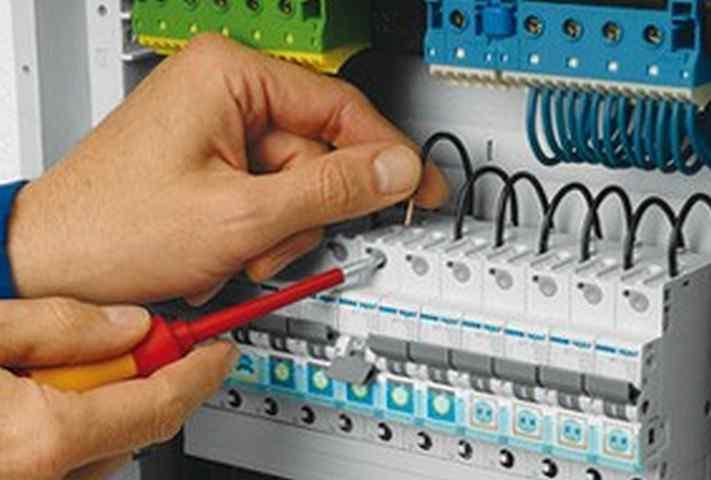 Чего нельзя делать при работе с электричеством?