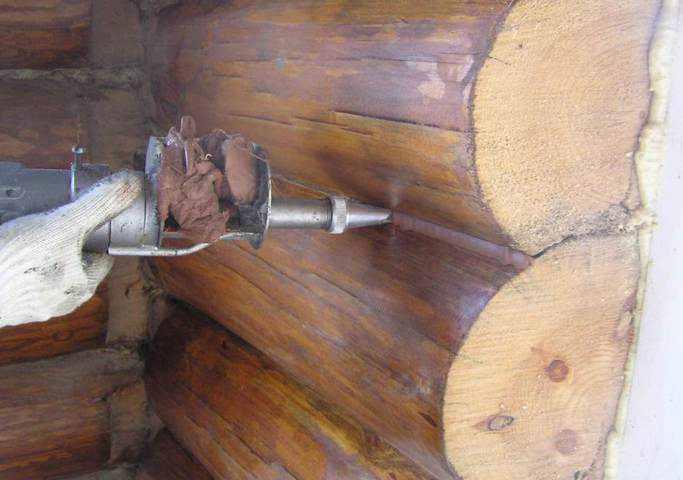 Заделка щелей в деревянном доме - чем заделать трещины