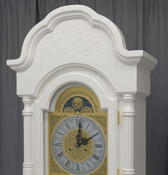 Красивый интерьер с напольными часами