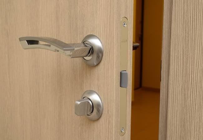 Кованая дверная фурнитура: какие ее интерьерные возможности?