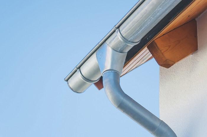 Оцинкованная водосточная система – необходимое условие длительной эксплуатации зданий